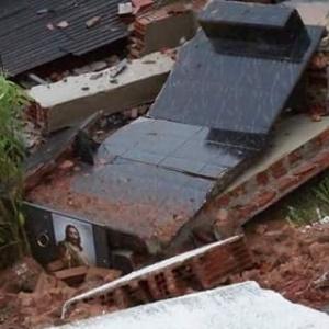 Túmulos do cemitério de Maria da Fé caem em casa por causa das chuvas, em Minas Gerais