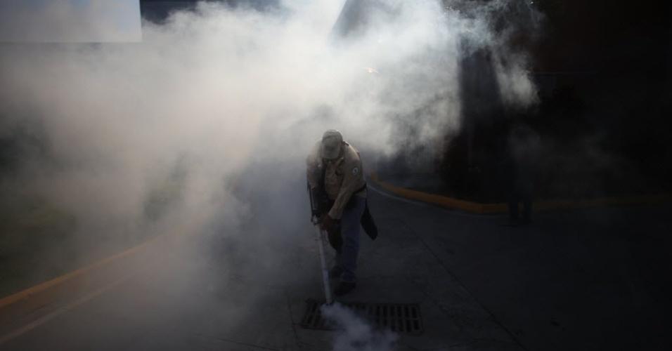 """2.fev.2016 - Um funcionário do Ministério da Saúde do Panamá dedetiza rua em uma campanha de combate ao mosquito """"Aedes aegypti"""", para tentar reduzir o contagio de dengue, zika e chikungunya"""