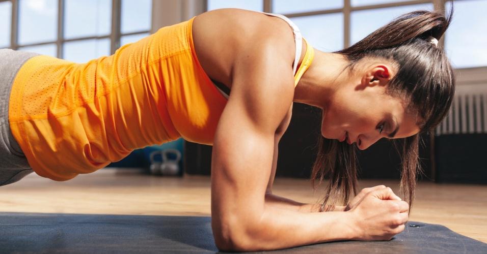 Academia; ginástica; mulher na academia; malhação; treino