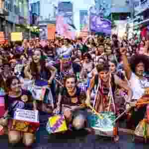 8.mar.2016 - Com instrumentos musicais, grupos feministas protestam na avenida Paulista e região, em São Paulo. Organizações lutam por direitos das mulheres, como igualdade de gêneros e legalização do aborto. Ação ocorre no Dia Internacional da Mulher - Marcos Bizotto/Raw Image/Estadão Conteúdo
