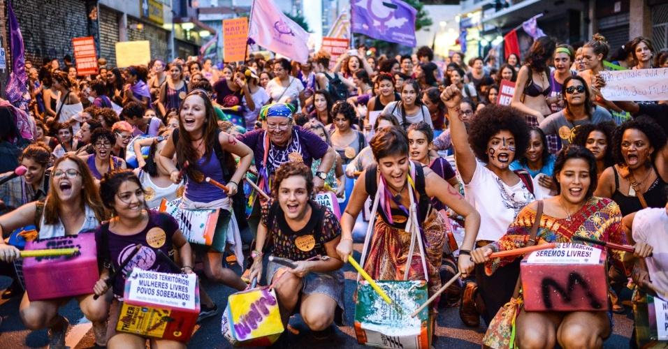 8.mar.2016 - Com instrumentos musicais, grupos feministas protestam na avenida Paulista e região, em São Paulo. Organizações lutam por direitos das mulheres, como igualdade de gêneros e legalização do aborto. Ação ocorre no Dia Internacional da Mulher