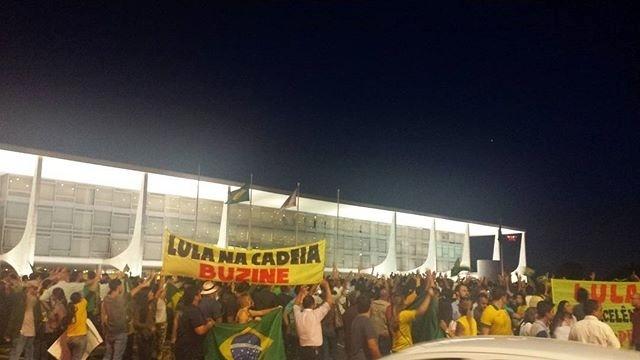 Manifestantes protestam do lado de fora do Palácio do Planalto, em Brasília, pedindo a renúncia da presidente Dilma Rousseff