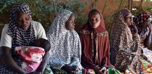 Mulher que sofrem com fístula vão a centro de saúde em Niamey, Níger - Issouf Sanogo/AFP
