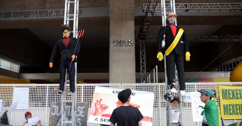 24.mar.2016 - Manifestantes seguem acampados em frente ao prédio da Fiesp, na avenida Paulista, em São Paulo. Uma boneca representando a presidente da República Dilma Rousseff vestida de diabo foi pendurada na entrada da Fiesp ao lado de um boneco de Lula que já estava lá anteriormente