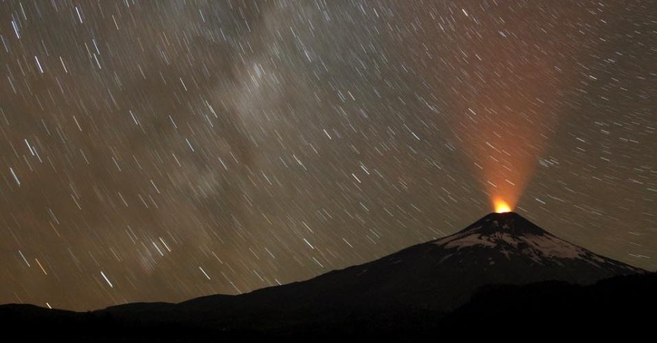 5.abr.2015 - Vulcão Villarica durante atividade noturna no Chile. O vulcão Villarica é um dos principais atrativos da cidade de Pucón, um dos principais destinos turísticos do sul do país