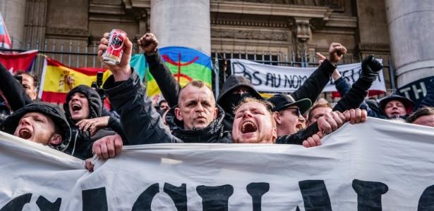 """""""Hooligans"""" na praça da Bolsa local que se tornou o ponto extraoficial de homenagens às vítimas dos atentados em Bruxelas"""