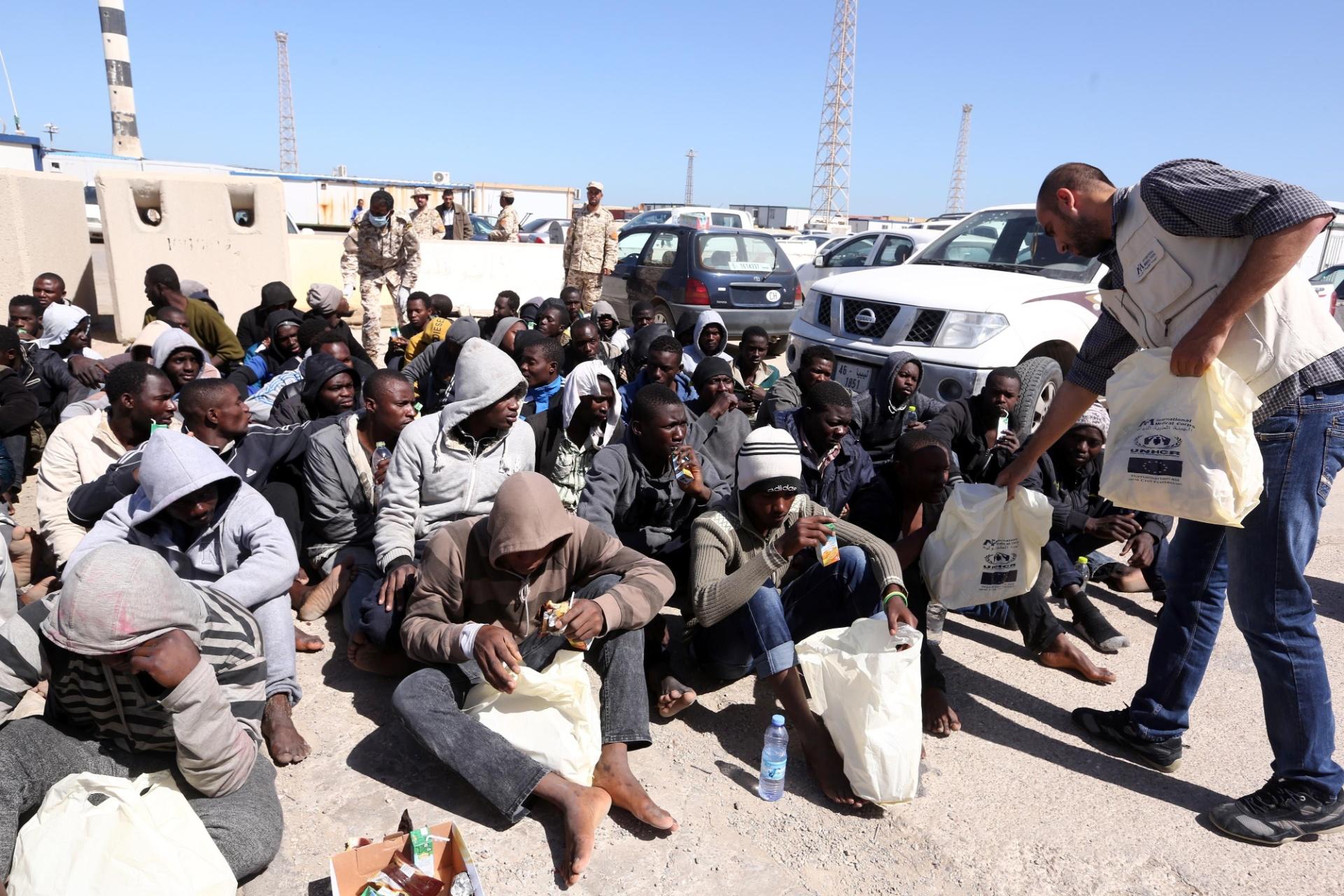 11.abr.2016 - Migrantes ilegais recebem tratamento médico no porto de Trípoli, na Líbia, depois de resgate. Dois barcos em que eles estavam começaram a afundar na costa do país. Cerca de 115 pessoas de origem africana foram resgatadas