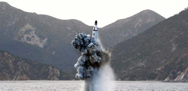 A Coreia do Norte lançou neste sábado um míssil balístico de um submarino