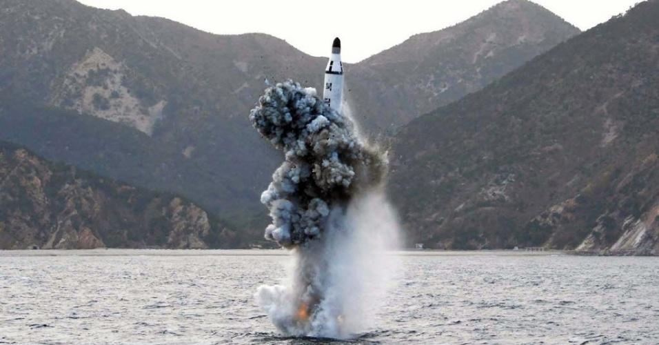 24.abr.2016 - A Coreia do Norte lançou supostamente neste sábado um míssil balístico de um submarino no mar do Leste (mar do Japão), segundo informou o ministério da Defesa da Coreia do Sul. Este seria um novo desafio do regime de Kim Jong-un à comunidade internacional