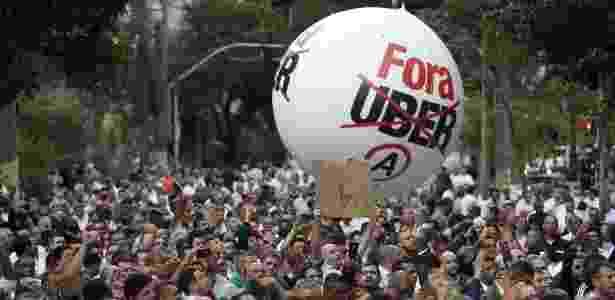 """Taxistas pedem """"Fora Uber"""" durante um ato em frente à Câmara dos Vereadores de SP - Diego Padgurschi / Folhapress"""