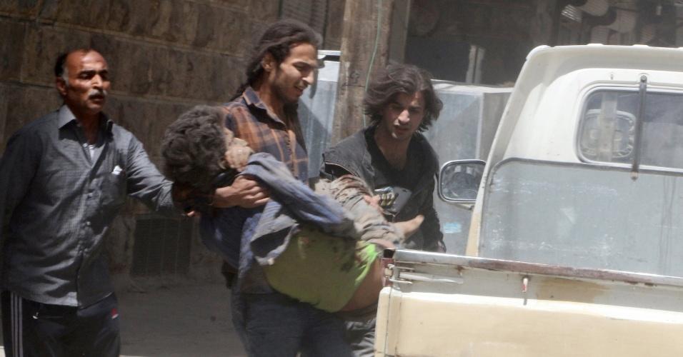 29.abr.2016 - Homem carrega civil ferido em bairro controlado por rebeldes em Aleppo, Síria. Um ataque aéreo atingiu uma clínica média, um dia depois do último médico pediatra que havia na região ter morrido depois de bombardeio em hospital da cidade