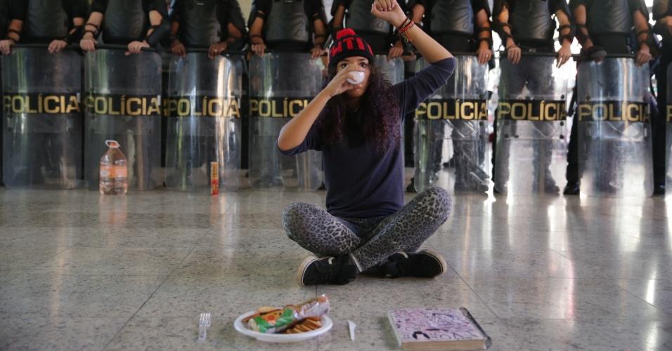 02.mai.2016 - Estudante secundarista se senta em frente à Tropa de Choque, que entrou na sede do Centro Paula Souza na manhã desta segunda. O prédio está ocupado desde quinta-feira em protesto à situação da merenda