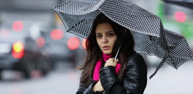 Pedestre enfrenta frio e chuva na avenida Paulista