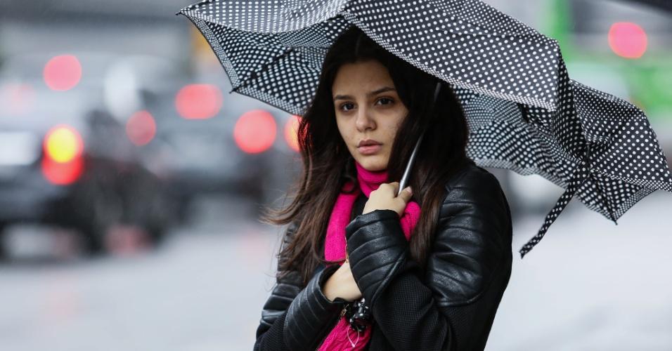 7.jun.2016 - Pedestre enfrenta muito frio e chuva na avenida Paulista, região central de São Paulo, com os termômetros marcando 15ºC