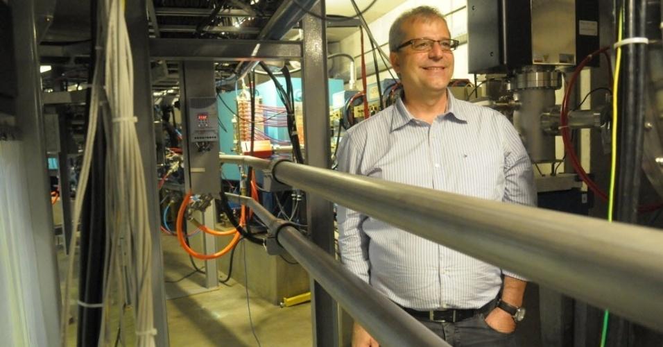 """Antônio José Roque, diretor do LNLS, ao lado do tubo fechado à vácuo onde circulam os elétrons da fonte de luz síncrotron. """"Todos os países competitivos em tecnologia de ponta possuem uma ou mais fonte de luz síncrotron. Para fazer com que a ciência avance na solução de problemas, é necesário ter essa infraestrutura, com recursos humanos e programas estratégicos. Nos LNLS, eles estão prontos"""", diz"""
