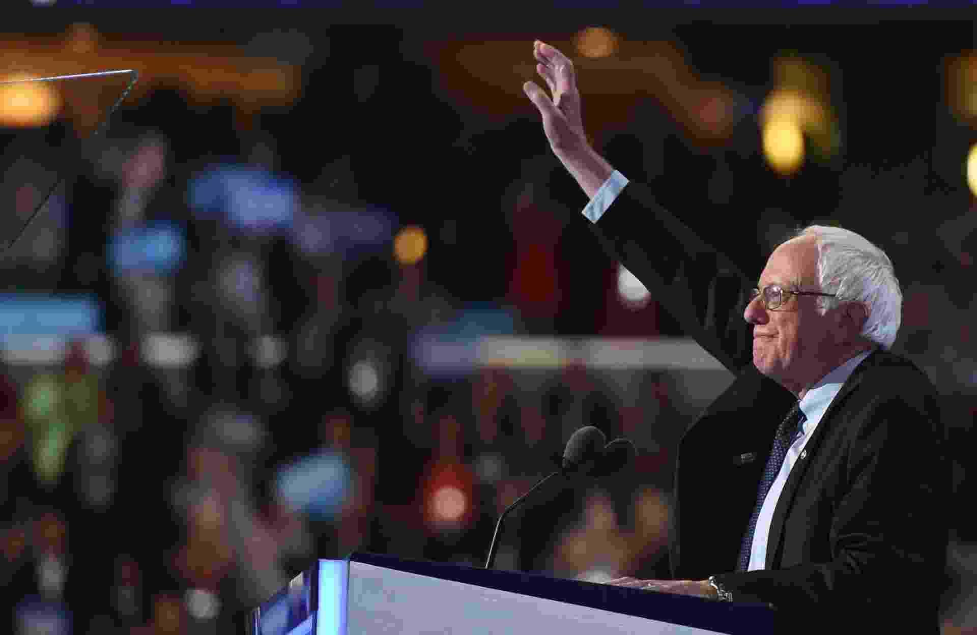 """26.jul.2016 - Adversário de Hillary nas prévias, o senador Bernie Sanders declarou apoio à democrata em discurso no primeiro dia da convenção que vai oficializá-la candidata do partido à eleição presidencial americana. """"Hillary Clinton precisa se tornar a próxima presidente dos Estados Unidos"""", afirmou Sanders, levantando uma onda de aplausos e gritos na arena Wells Fargo (Filadélfia), onde acontece a convenção - Timothy A. Clary/AFP"""