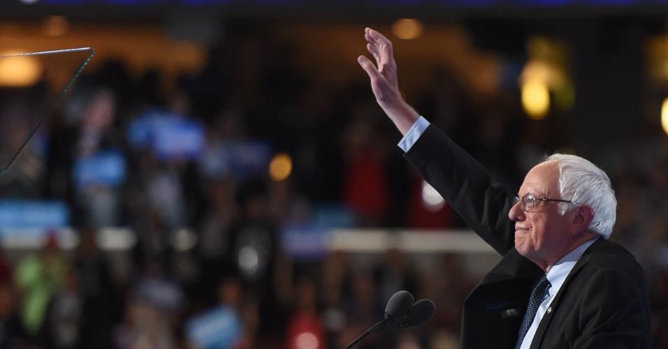 """26.jul.2016 - Adversário de Hillary nas prévias, o senador Bernie Sanders declarou apoio à democrata em discurso no primeiro dia da convenção que vai oficializá-la candidata do partido à eleição presidencial americana. """"Hillary Clinton precisa se tornar a próxima presidente dos Estados Unidos"""", afirmou Sanders, levantando uma onda de aplausos e gritos na arena Wells Fargo (Filadélfia), onde acontece a convenção"""