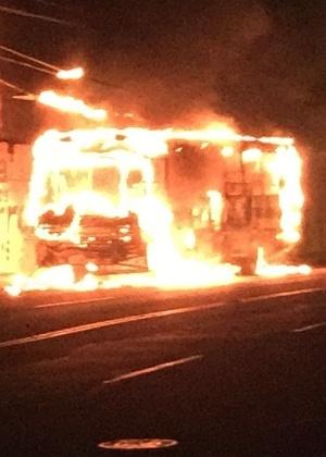 Ônibus é incendiado por criminosos nesta terça-feira (2) em Mossoró, no Rio Grande do Norte