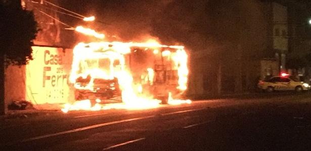 Ônibus queimado em ataque na cidade de Mossoró, no interior do Rio Grande do Norte