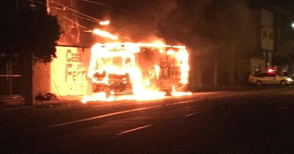 2.ago.2016 - Ônibus é incendiado por criminosos nesta terça-feira (2) em Mossoró, no Rio Grande do Norte