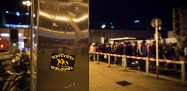 18.set.2015 - Adesivo deseja boas-vindas a refugiados que chegam pela principal estação de trem de Dortmund