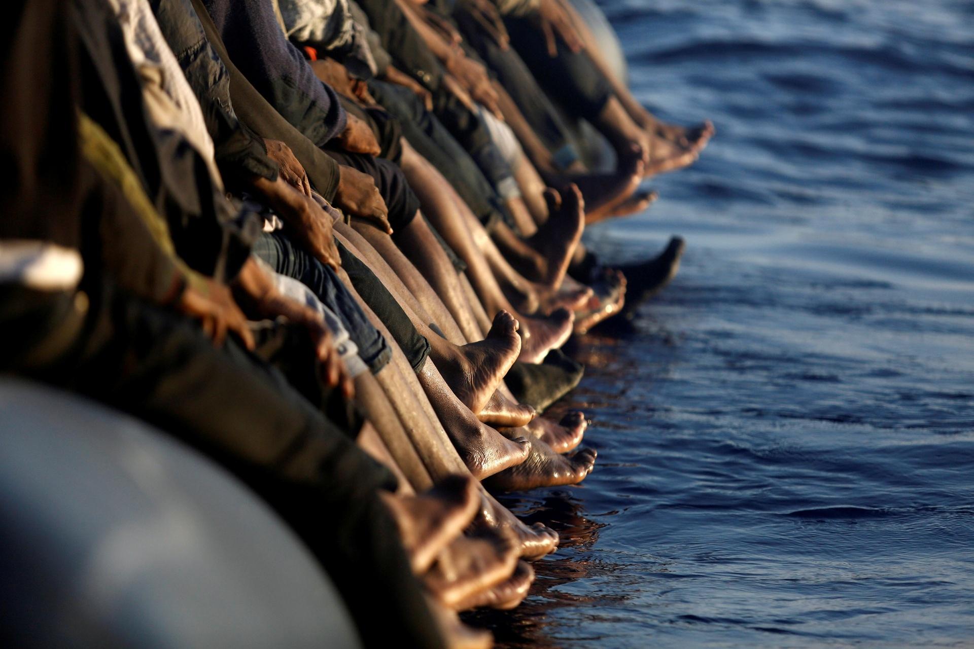 20.ago.2016 - Barco superlotado com imigrantes vindos da África é visto à deriva no mar Mediterrâneo, costa da Líbia