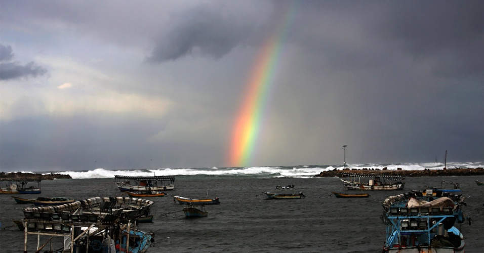 15.dez.2016 - Arco-íris visto proximo a ancoradouro, na Cidade de Gaza na Palestina
