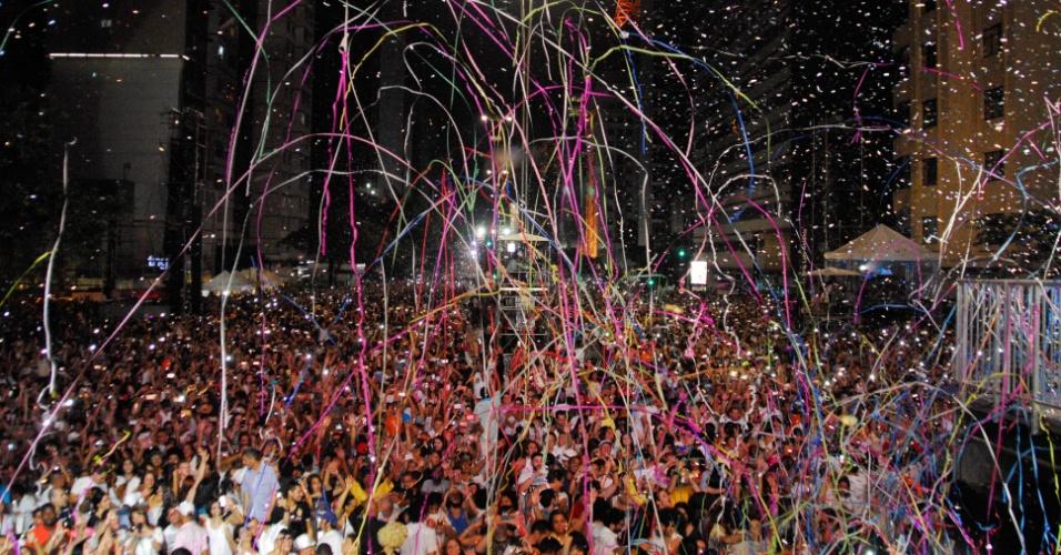 1.jan.2017 - Serpentinas são atiradas na Avenida Paulista nas comemorações da chegada do Ano Novo