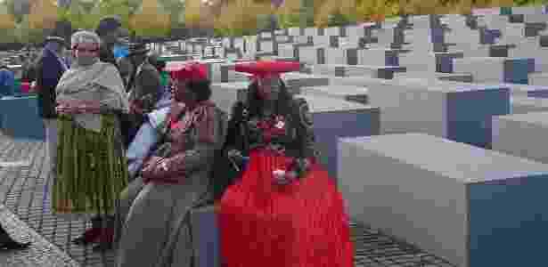 Representantes da Namíbia no Memorial do Holocausto em Berlim, em 2011; as representantes foram à capital alemã na ocasião da repatriação de 20 crânios de vítimas herero, devolvidos por um hospital do país europeu - Cortesia Reinhart Koessler - Cortesia Reinhart Koessler