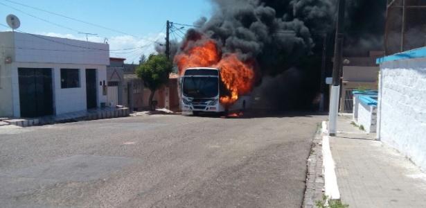19.jan.2017 - Ônibus é incendiado no bairo Santos Reis, na zona leste de Natal