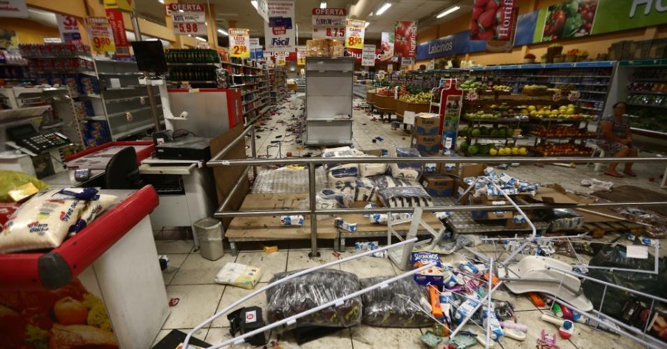 6.fev.2017 - Saque deixa estragos em supermercado de Vitória, capital do Espírito Santo
