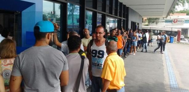 Fila para sacar o dinheiro de contas inativas do FGTS em agência na capital paulista