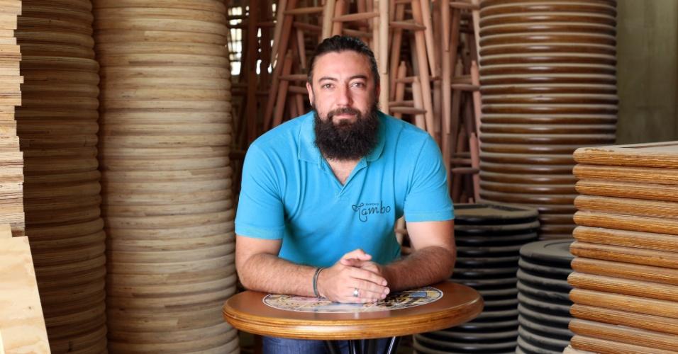 Fagner Adler, diretor da Empório Tambo, que produz mesas decoradas com azulejo