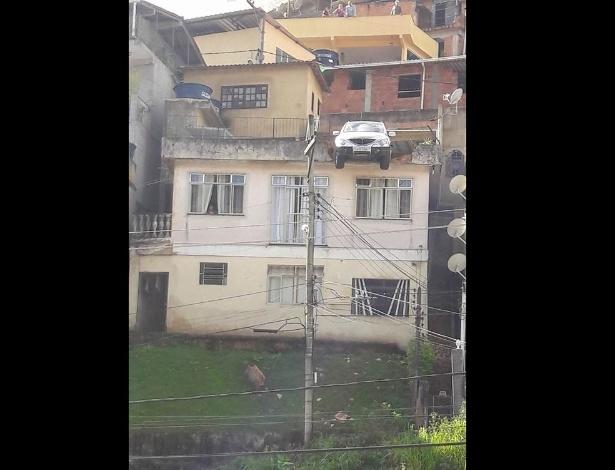 Veículo acelerou até bater em uma parede e uma cerca de metal da casa