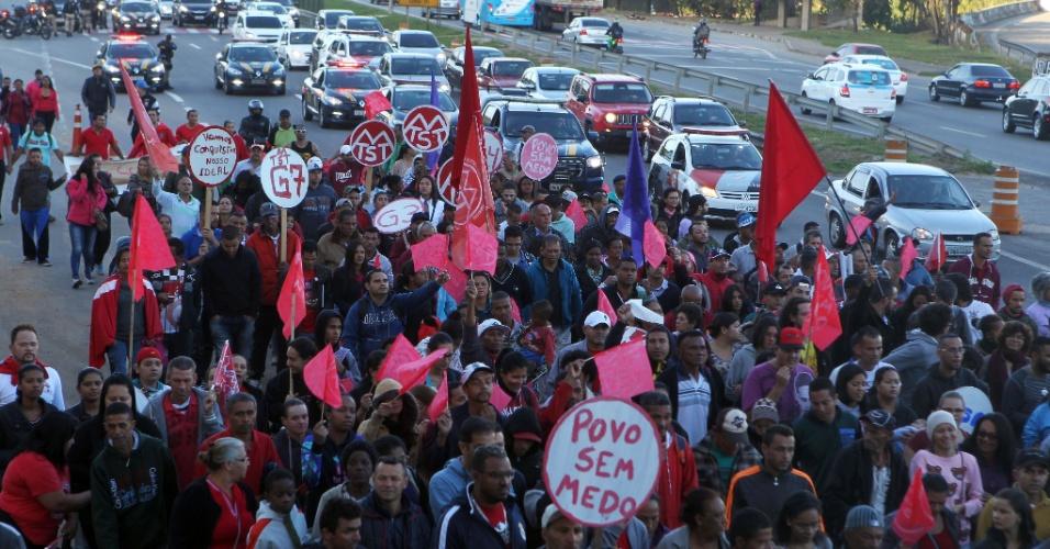 30.jun.2017 - Manifestantes fecham a rodovia Hélio Schmidt, que dá acesso ao aeroporto de Guarulhos, na região da grande São Paulo. O ato é convocado por centrais sindicais e movimentos sociais