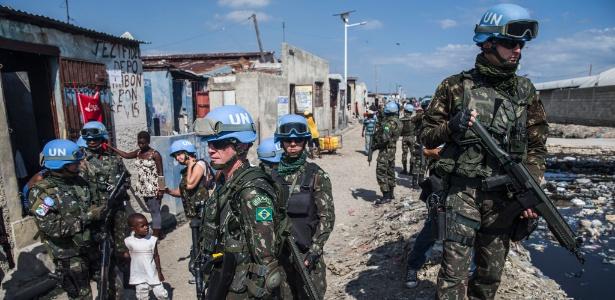 Militares do Exército brasileiro em ultima visita ao bairro de Cite Soleil, o mais violento de Porto Príncipe - Danilo Verpa/Folhapress