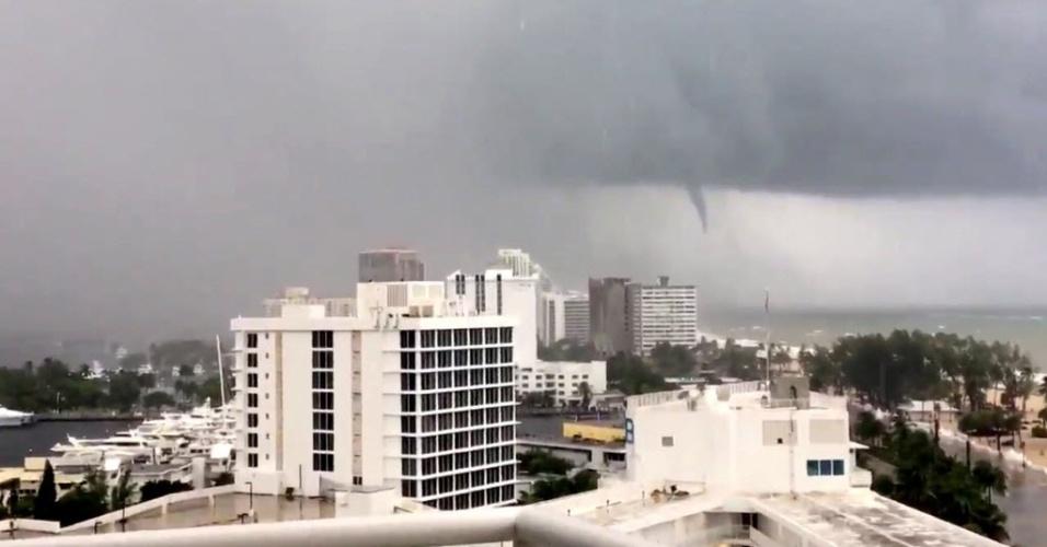 9.set.2017 - Tornado é visto em Fort Lauderdale, na Flórida