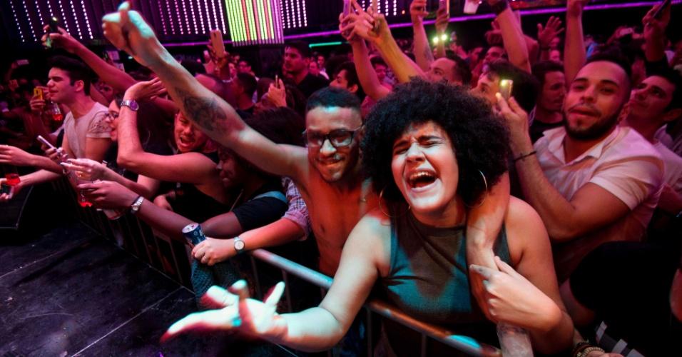 30.jul.2017 - Pessoas vibram durante apresentação da cantora MC Pepita em clube noturno no centro do Rio de Janeiro