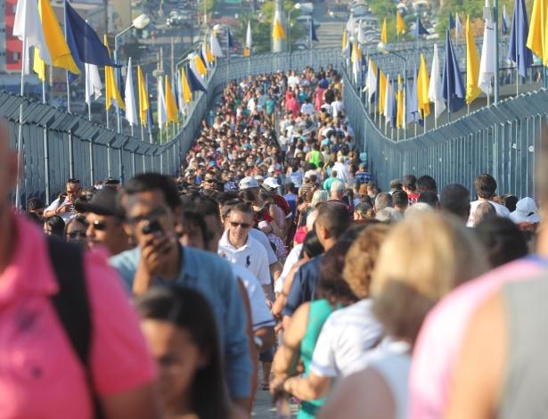 12.out.2017 - Evento pelos 300 anos da aparição da imagem de Nossa Senhora reuniu ao menos 200 mil pessoas no Santuário Nacional de Aparecida