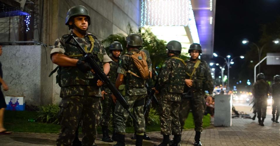 29.dez.2017 - Patrulhamento do Exército no entorno de shopping em Natal