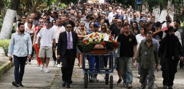 13.jan.2018 - Enterro do delegado Fabio Monteiro no Cemitério do Caju