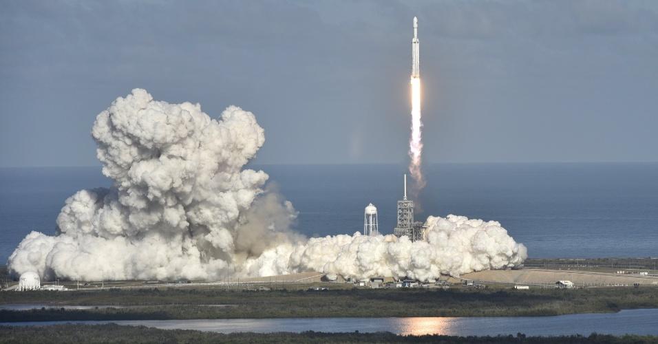 6.fev.2018 - . É capaz de levar mais de 66 toneladas --mais que o dobro dos foguetes atuais e o equivalente a quatro ônibus--  para a órbita terrestre baixa ou 17 toneladas se o objetivo for Marte