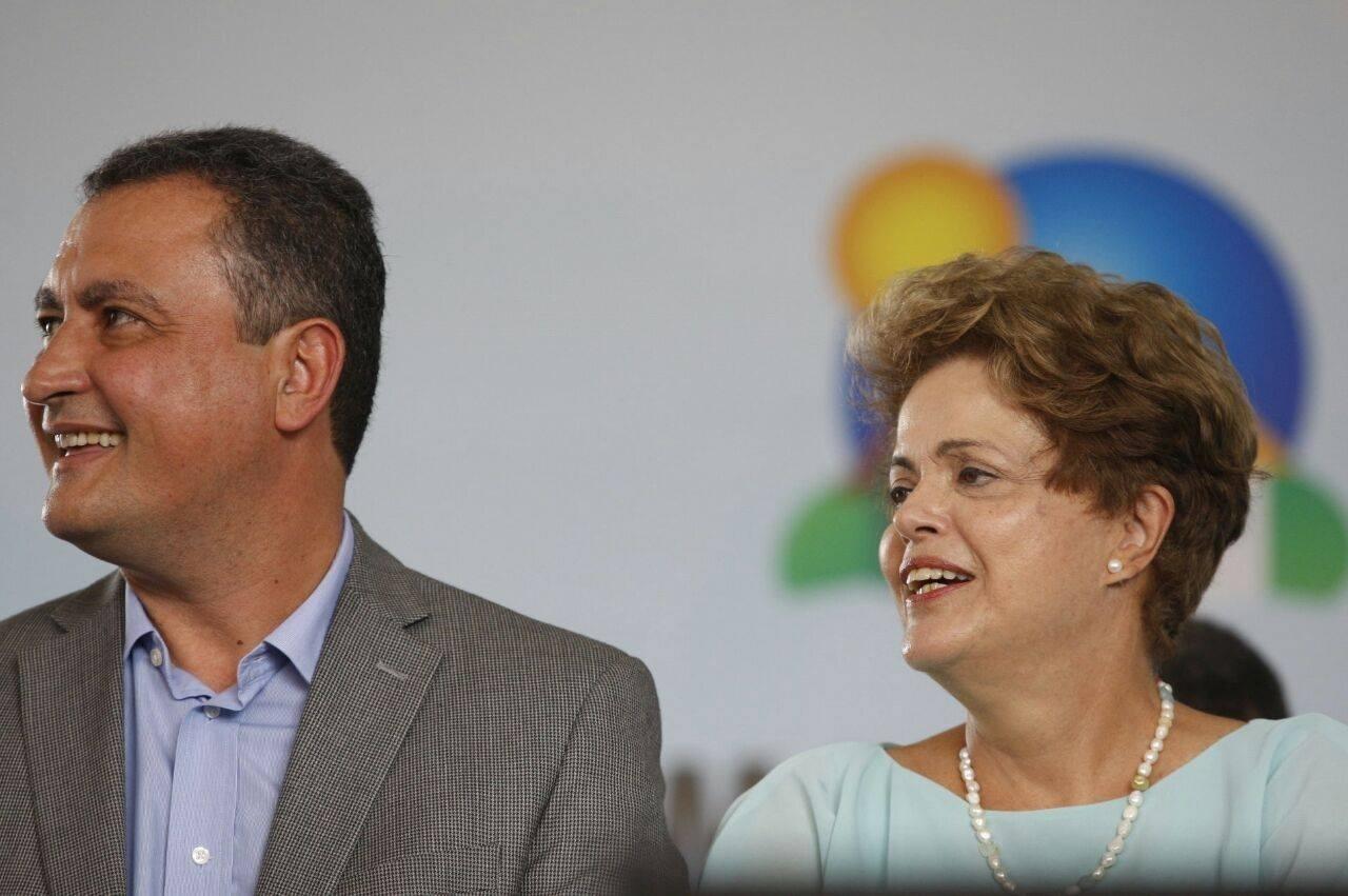 25.fev.2015 - O governador da Bahia, Rui Costa (PT-BA), participa de evento em Feira de Santana (BA) ao lado da então presidente do Brasil, Dilma Rousseff (PT-RS)