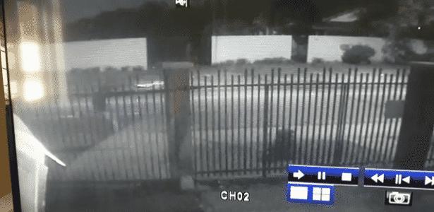 28.abr.2018 - Vídeos de câmeras de segurança mostram tiros contra acampamento pró-Lula em Curitiba - Divulgação/Sesp-PR - Divulgação/Sesp-PR