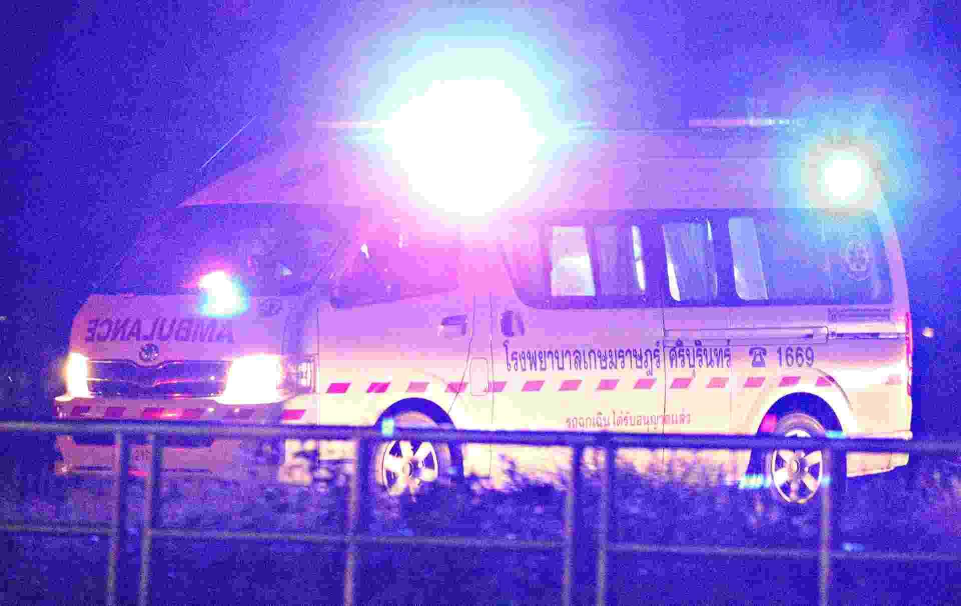 8.jul.2018 - Ambulância carregando garotos resgatados de caverna na Tailândia sai em direção a aeroporto militar na província de Chiang Rai, ao norte do país - Athit Perawongmetha/Reuters