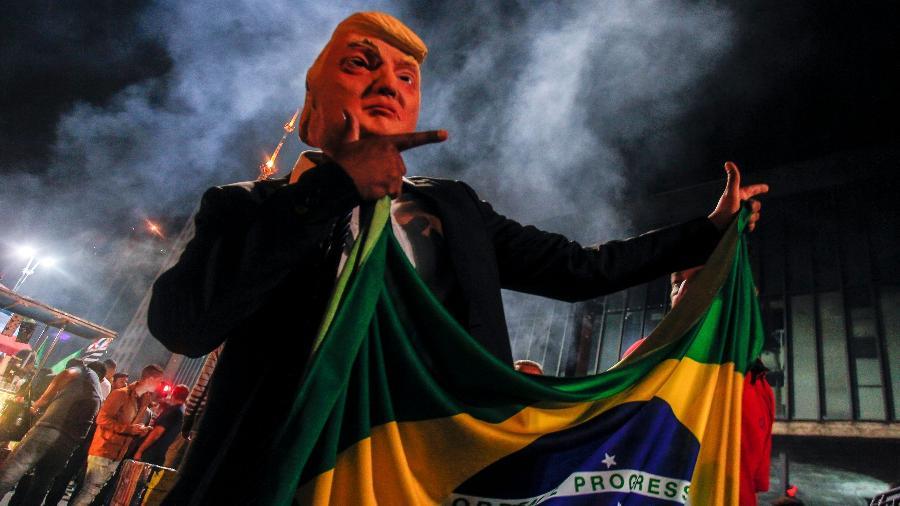 Em São Paulo, eleitor de Bolsonaro celebra resultado das urnas fantasiado de Donald Trump, presidente dos Estados Unidos - MIGUEL SCHINCARIOL/AFP