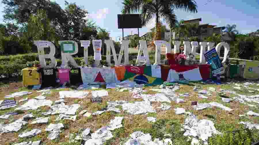 Letreiro da cidade de Brumadinho, em Minas Gerais, recebe homenagens para as vítimas do rompimento da barragem da Vale - Mister Shadow/ASI/Estadão Conteúdo