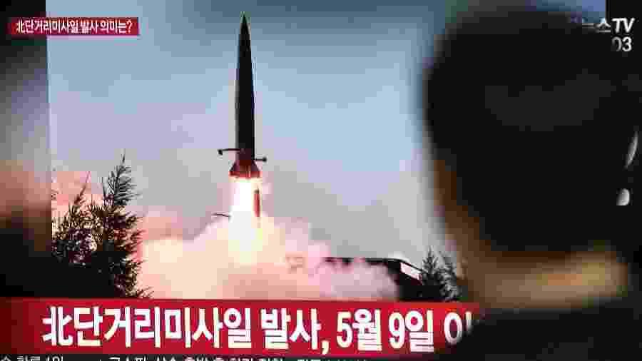 Homem assiste a uma notícia com imagem de arquivo de um míssil disparado pela Coreia do Norte - Jung Yeon-je/AFP