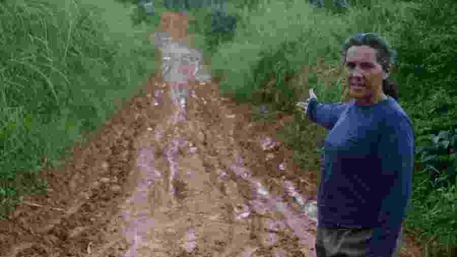 Após chuva, Maria Cavalcanti mostra as condições da estrada para chegar ao assentamento Flor do Bosque, em Messias (AL) - Beto Macário/UOL