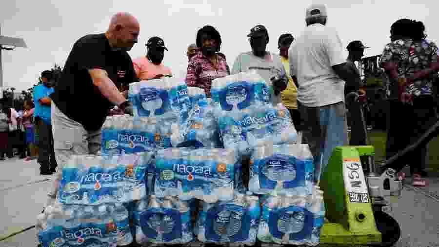 Autoridades estão distribuindo água mineral gratuitamente a 15.000 pessoas em Newark, nos EUA - SPENCER PLATT / GETTY IMAGES NORTH AMERICA / AFP